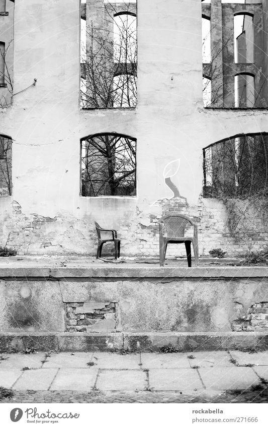mont klamott. überbevölkert Menschenleer Haus Ruine kaputt Einsamkeit Endzeitstimmung Unbewohnt Schwarzweißfoto Außenaufnahme