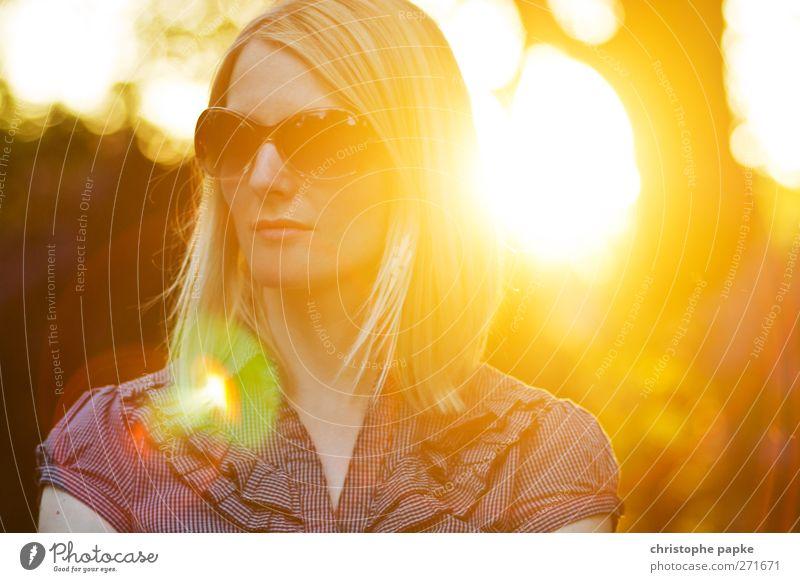 Sommerabend II Sonne feminin Junge Frau Jugendliche Erwachsene 1 Mensch 18-30 Jahre Schönes Wetter Sonnenbrille blond ästhetisch elegant trendy schön Wärme