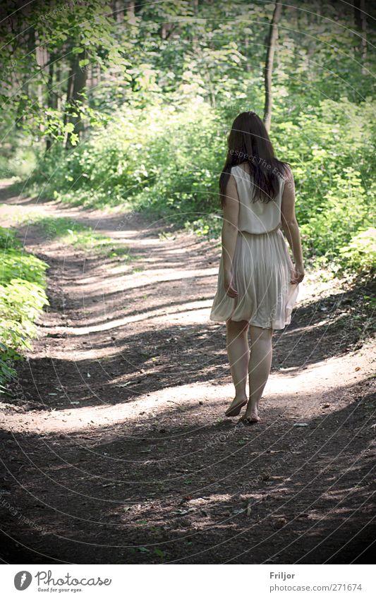 Walking Sommerurlaub Mensch feminin Junge Frau Jugendliche 1 18-30 Jahre Erwachsene Wald Kleid brünett langhaarig laufen Glück Fernweh Farbfoto Außenaufnahme
