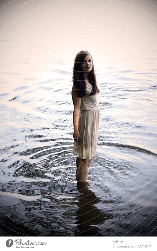 Standing in the Water Mensch Jugendliche Erwachsene feminin Junge Frau 18-30 Jahre stehen Kleid brünett langhaarig