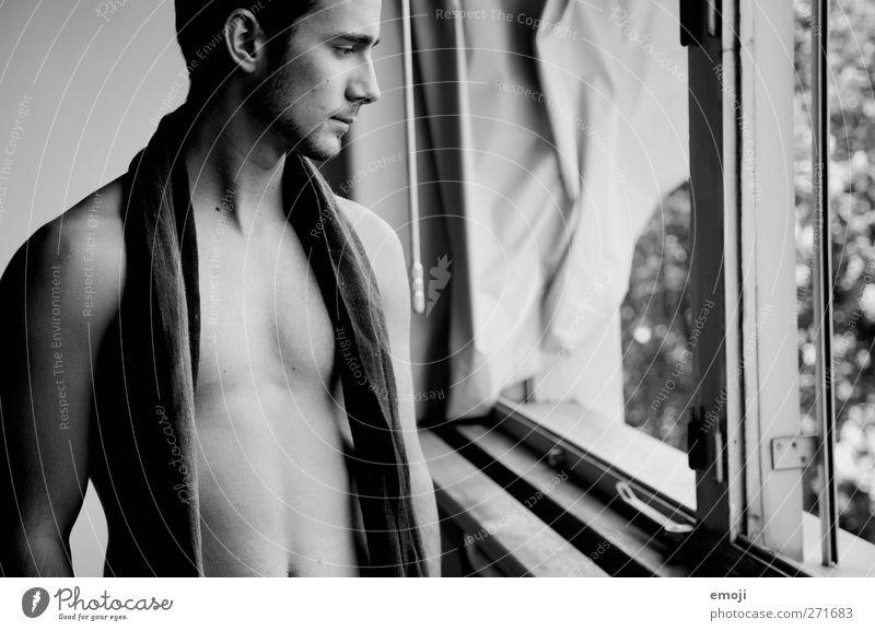 beschalt maskulin Junger Mann Jugendliche 1 Mensch 18-30 Jahre Erwachsene Schal schön Akt nackt Schwarzweißfoto Innenaufnahme Tag Oberkörper Blick nach vorn