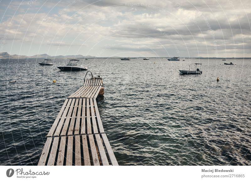 Holzpfeiler an der Küste Mallorcas. Erholung ruhig Ferien & Urlaub & Reisen Tourismus Ausflug Abenteuer Ferne Freiheit Sommer Sommerurlaub Meer Insel Wellen