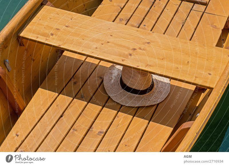 Strohhut im Ruderboot Lifestyle Freude Erholung Freizeit & Hobby rudern Ferien & Urlaub & Reisen Ausflug Sommer Sonnenbad Wärme See genießen heiß hell braun