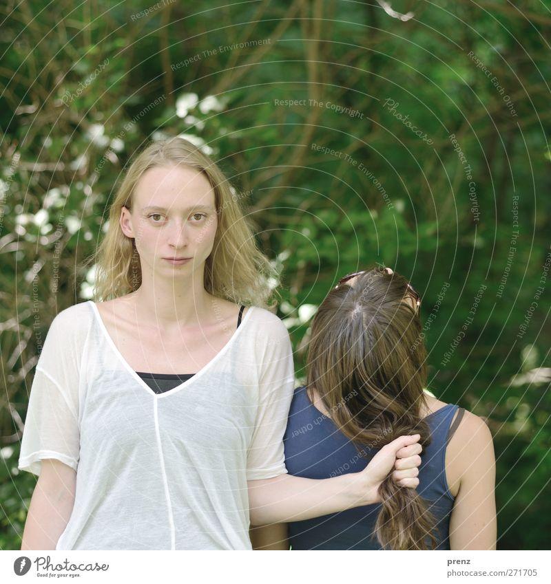 Frauen Mensch feminin Junge Frau Jugendliche Freundschaft Haare & Frisuren Gesicht 2 18-30 Jahre Erwachsene Schönes Wetter blau grün weiß Macht Farbfoto
