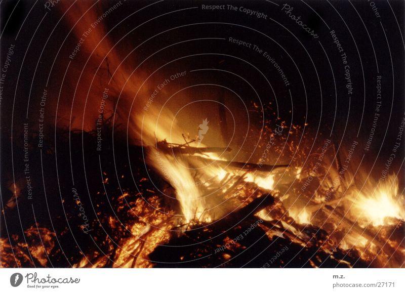 feuersturm Leidenschaft dunkel Glut Flamme . Brand Funken Rauch
