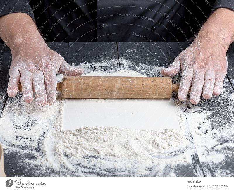 Holznudelholz in männlichen Händen Teigwaren Backwaren Brot Tisch Küche Beruf Koch Mensch Mann Erwachsene Hand machen frisch schwarz weiß Bäcker Bäckerei