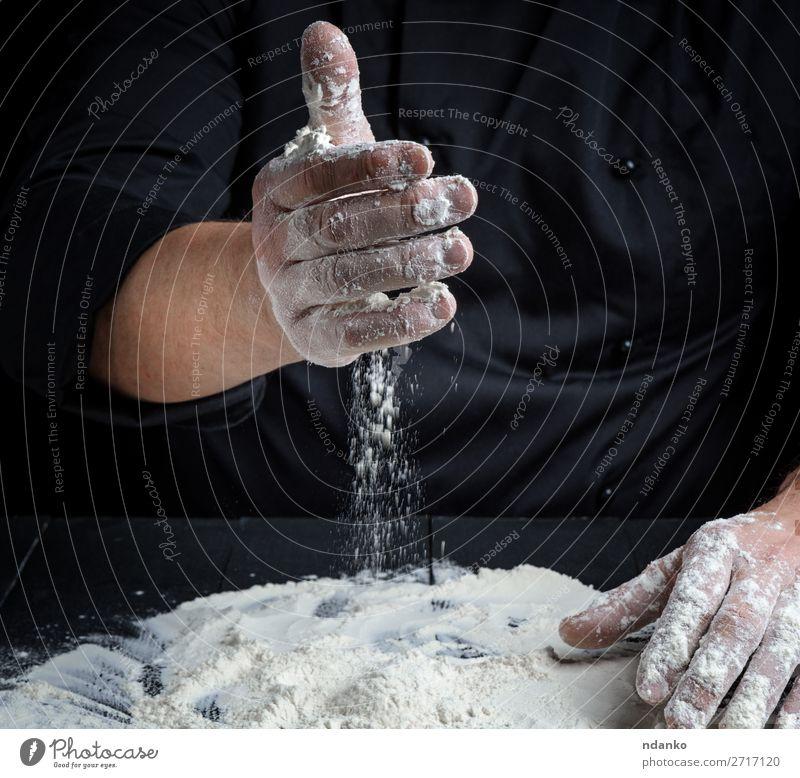 kochen, vorbereiten, um den Teig zu kneten. Teigwaren Backwaren Brot Tisch Küche Arbeit & Erwerbstätigkeit Koch Mensch Hand machen dunkel frisch nass schwarz