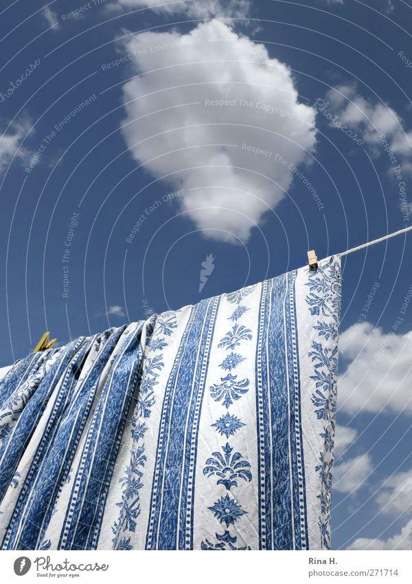 Heiter bewölkt Himmel blau weiß Sommer Wolken Schönes Wetter Sauberkeit rein hängen gestreift Wäsche Wäscheleine Tischwäsche