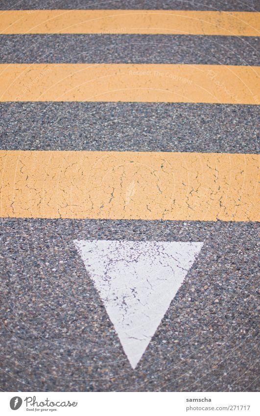 über die Strasse Stadt gelb Straße grau gehen Schilder & Markierungen Beginn Verkehr Streifen Sicherheit bedrohlich Zeichen Verkehrswege Mobilität Stadtzentrum Autofahren