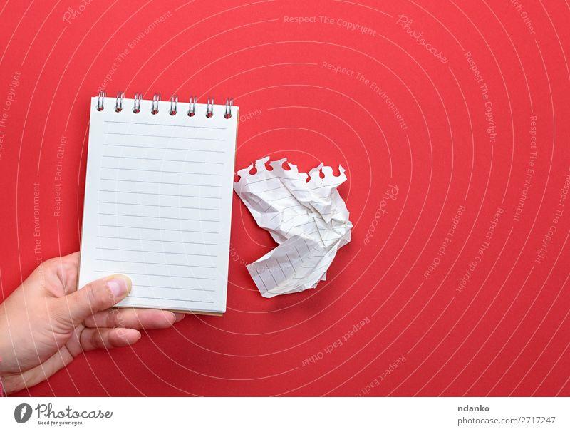 weibliche Hand hält offenes Notizbuch Schule Büro Business Buch Papier Zettel schreiben tragen klein neu Sauberkeit rot weiß Farbe Idee Entwurf Memo Hintergrund