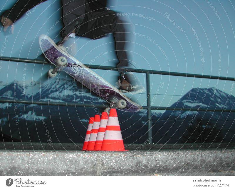 a boy on a board Himmel Sport springen Geschwindigkeit Niveau Skateboarding