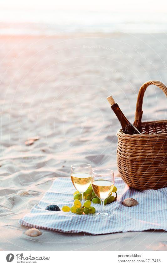 Zwei Weingläser, Trauben, Weidenkorb am Strand Frucht Picknick Getränk Alkohol Champagner Flasche Sektglas Lifestyle schön Erholung Ferien & Urlaub & Reisen