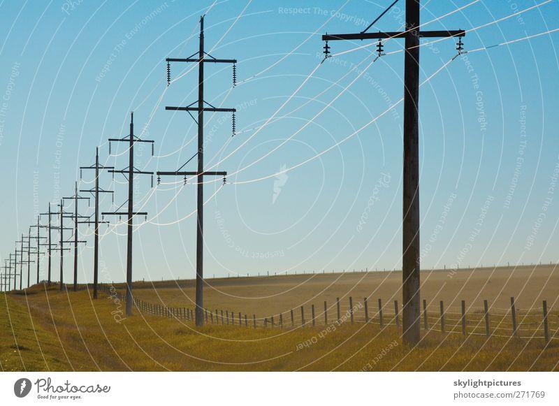 Elektrischer Strom auf dem Land Sonne Wasserkraftwerk Himmel blau Energie Elektrizität Kraft Übertragung elektrisch Pole Kabel Draht Isolatoren Generierung