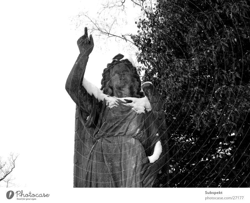 Engelszeig Friedhof Skulptur obskur Schnee Schwarzweißfoto Stein