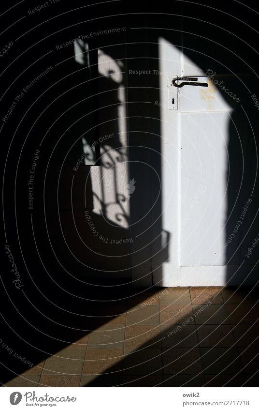 Pfarramt Tür Türgitter Griff Vorraum Flur Holztür Fliesen u. Kacheln Bodenbelag Stein Metall alt dunkel historisch Farbfoto Gedeckte Farben Innenaufnahme