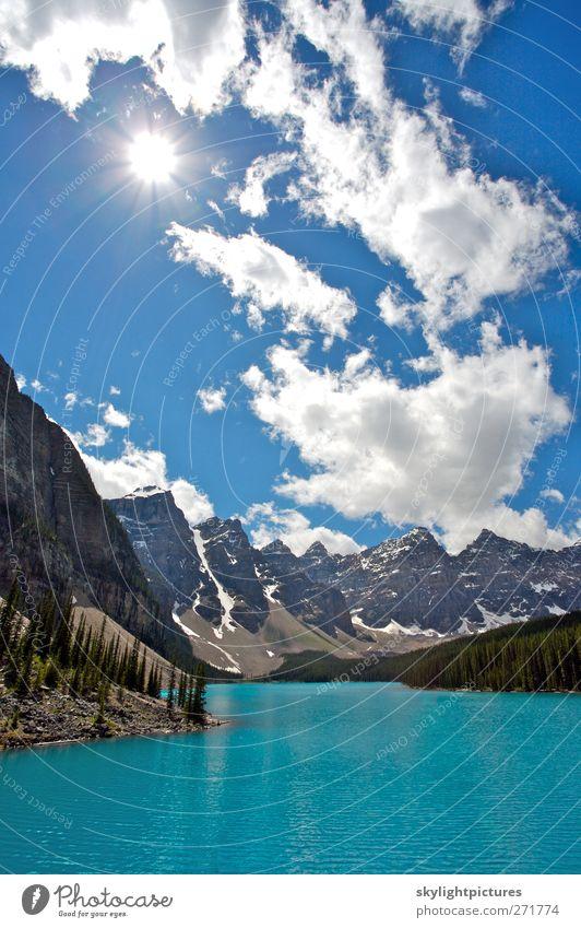 Sommertag am schönen Moraine Lake Tourismus Sightseeing Sonne Wellen Berge u. Gebirge wandern Natur Landschaft Himmel Wolken Schönes Wetter Baum Wald Gipfel
