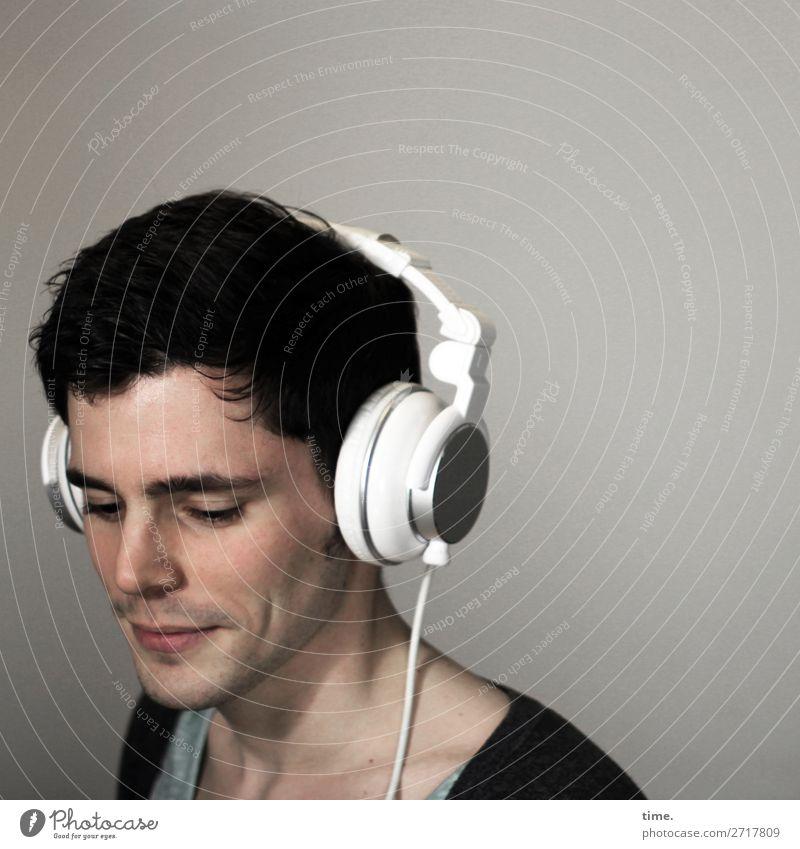 hellhörig Raum maskulin Mann Erwachsene 1 Mensch Musik hören Kopfhörer T-Shirt Jacke brünett kurzhaarig genießen Lächeln ästhetisch schön Glück Zufriedenheit