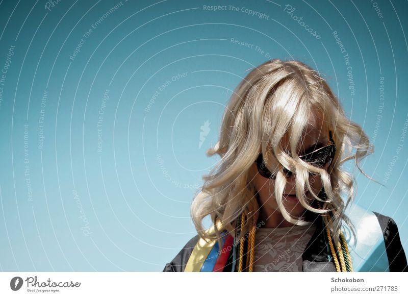 Graduation elegant Stil Haare & Frisuren Student Urkunde feminin Kopf Mode Mantel Sonnenbrille blond Locken Bewegung Denken drehen Feste & Feiern Blick leuchten