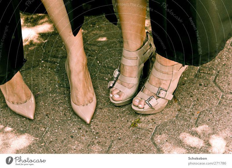 heels Mensch schön Erotik sprechen feminin Stein Stil Mode Fuß Freundschaft Park Schuhe elegant Zufriedenheit stehen Schönes Wetter