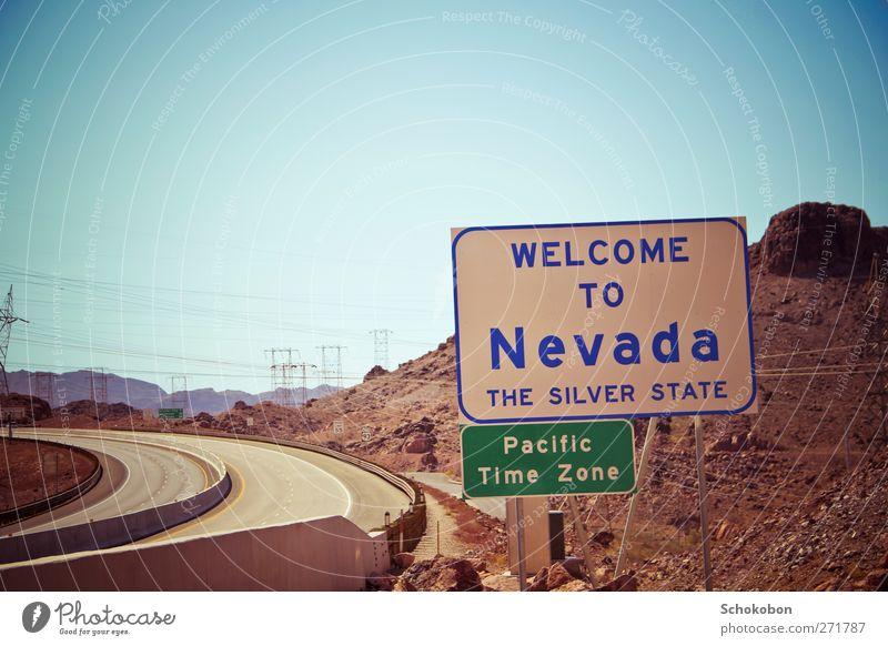Nevada blau Ferien & Urlaub & Reisen Sommer Landschaft Ferne Berge u. Gebirge Wärme Straße Freiheit Stein Sand Felsen Metall braun Erde Verkehr