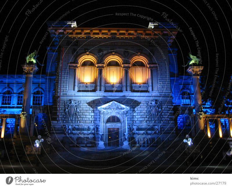 schöne Architektur in der Dunkelheit blau Gebäude Beleuchtung Schweiz wuchtig