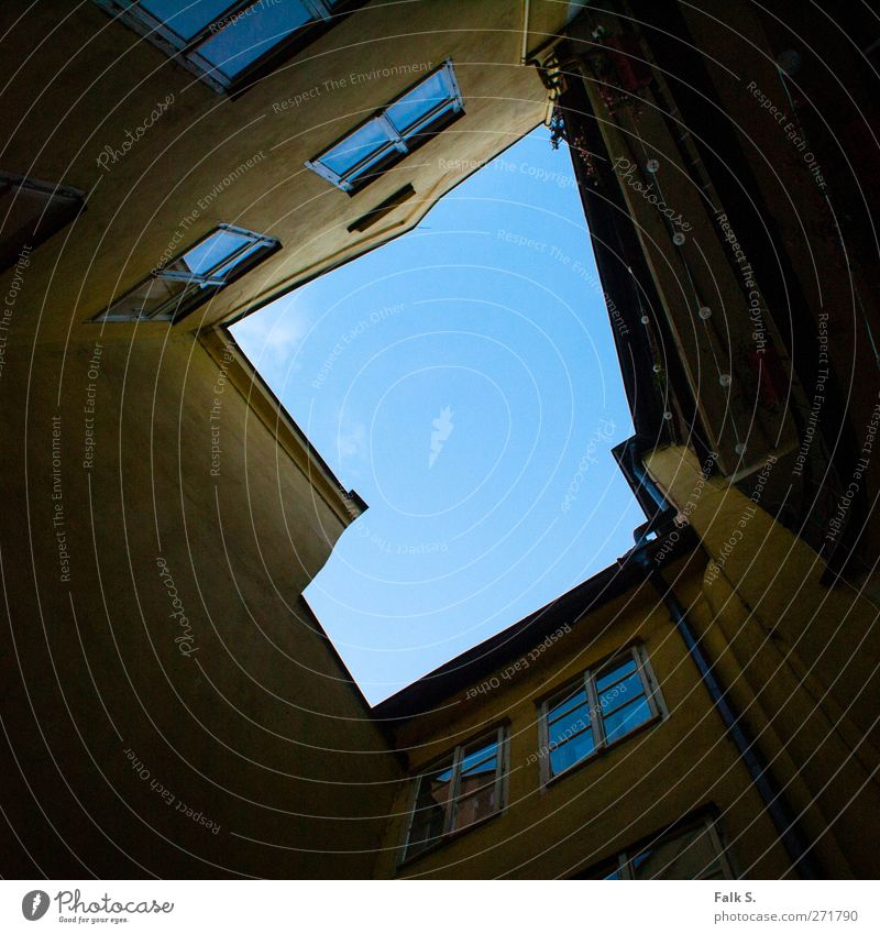 upward Himmel blau alt Stadt ruhig Haus gelb dunkel Fenster Wand Mauer Stein Luft Angst Fassade Glas