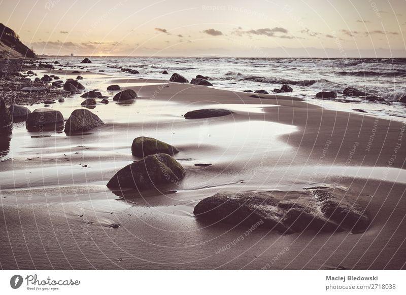 Schöner Strand mit einem Stein bei Sonnenuntergang. Erholung ruhig Meditation Ferien & Urlaub & Reisen Sommerurlaub Meer Insel Wellen Natur Landschaft Sand
