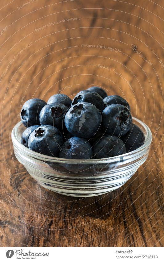 Heidelbeeren in Schale auf einem rustikalen Holztisch Blaubeeren Frucht Frühstück Speise Tisch Dessert Diät Snack Feinschmecker geschmackvoll Essen zubereiten