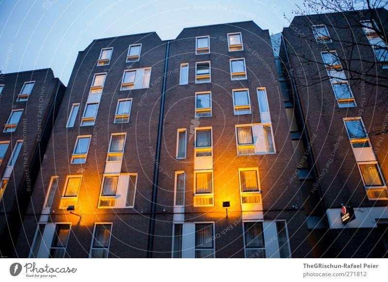hollandhaus Stadt blau Himmel (Jenseits) Haus Fenster schwarz gelb Beleuchtung braun Fassade orange Tür gold Hochhaus ästhetisch Gebäude