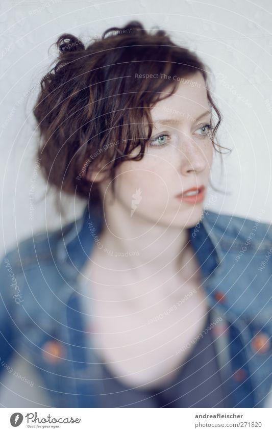 lockenkopf Mensch Frau Jugendliche blau rot Erwachsene feminin Junge Frau 18-30 Jahre Bekleidung weich Hemd Jacke Locken brünett atmen