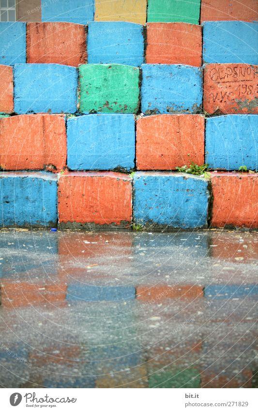 Eckfenster... Design Kunst Architektur Treppe Stein Beton eckig Fröhlichkeit nass Stadt blau mehrfarbig grün rot Kreativität Mosaik Quadrat Geometrie Ecke