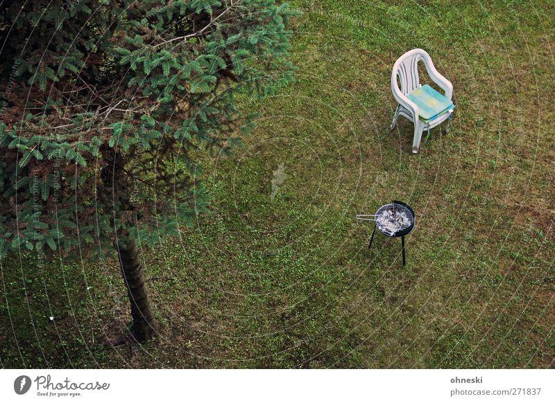 Grillfest Tanne Garten Wiese Stuhl Gartenstuhl kalt Einsamkeit Langeweile Menschenleer Farbfoto Gedeckte Farben Außenaufnahme Textfreiraum unten