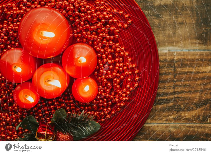Beleuchtete Kerzen mit roten Perlen umrandet. Winter Dekoration & Verzierung Feste & Feiern Weihnachten & Advent Holz Ornament glänzend hell Religion & Glaube