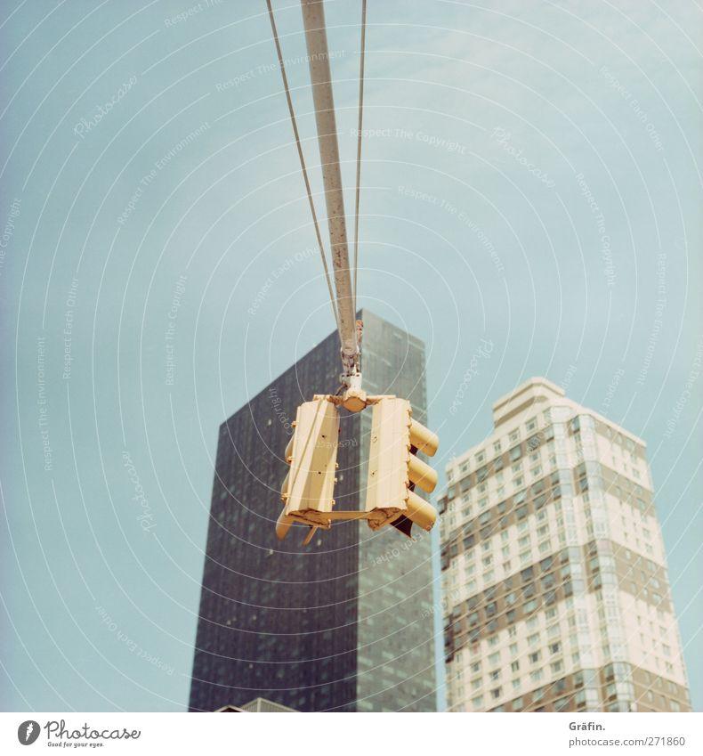 New York City Himmel Stadt Skyline Hochhaus Architektur Verkehr Straße Ampel blau gelb grau traffic light Eile Farbfoto Außenaufnahme Menschenleer