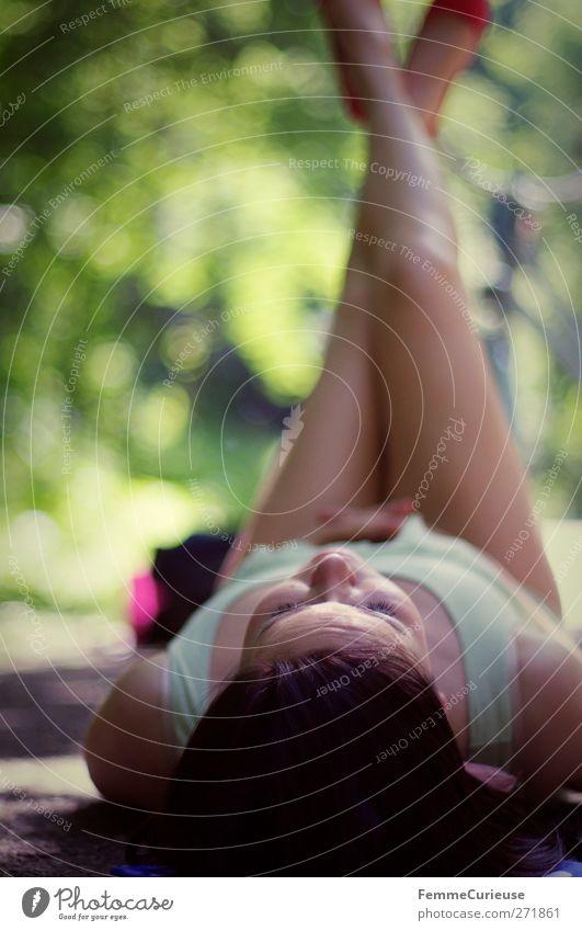 Abkühlung im Schatten. Mensch Frau Jugendliche Sonne Sommer ruhig Erwachsene Erholung feminin Wärme Garten Beine Junge Frau Park Gesundheit Körper