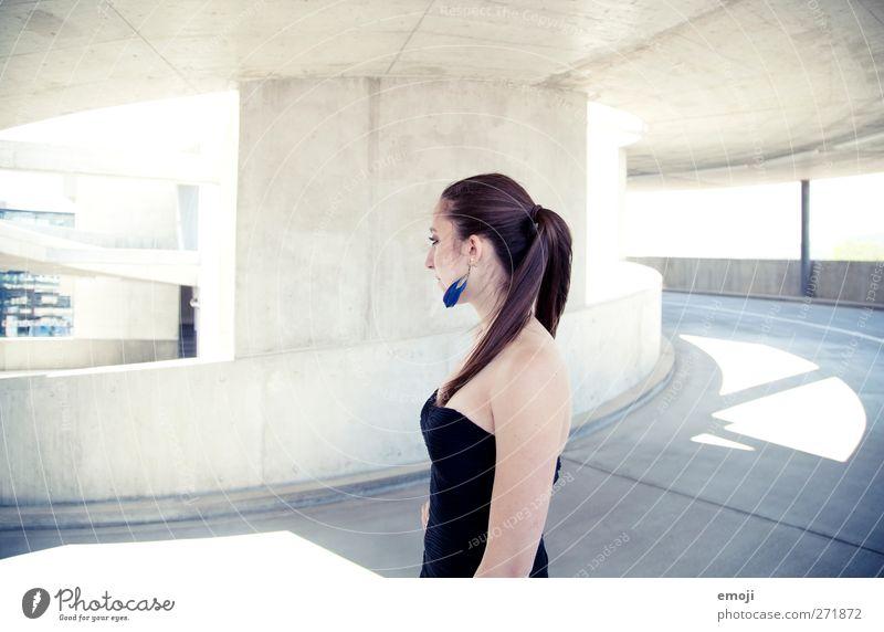 round feminin Jugendliche 1 Mensch 18-30 Jahre Erwachsene Mode Kleid hell schön Beton Farbfoto Außenaufnahme Textfreiraum links Textfreiraum rechts Tag High Key