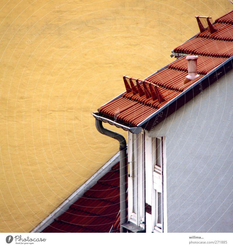 Dachschräge Haus Einfamilienhaus Gebäude Wand Dachrinne Ziegeldach Dachziegel gelb rot diagonal Neigung Textfreiraum links Textfreiraum oben Regenrinne