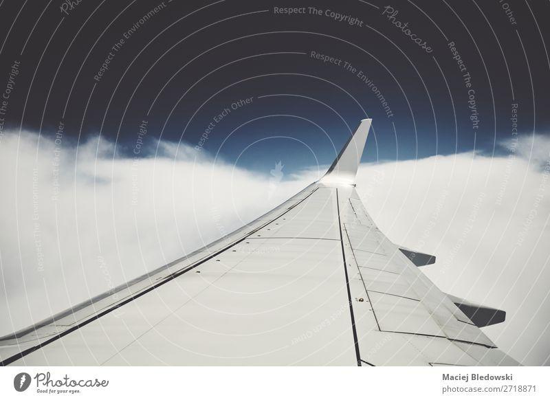 Flugzeugflügel im Flug durch ein Fenster gesehen. Ferien & Urlaub & Reisen Tourismus Ausflug Ferne Freiheit Luftverkehr Himmel Wolken Verkehr Passagierflugzeug