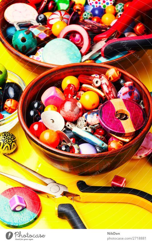 Perlen auf gelbem Hintergrund Wulst Dekoration & Verzierung Farbe Handwerk Design Mode farbenfroh handgefertigt Accessoire schön Stil Kunsthandwerk Kulisse