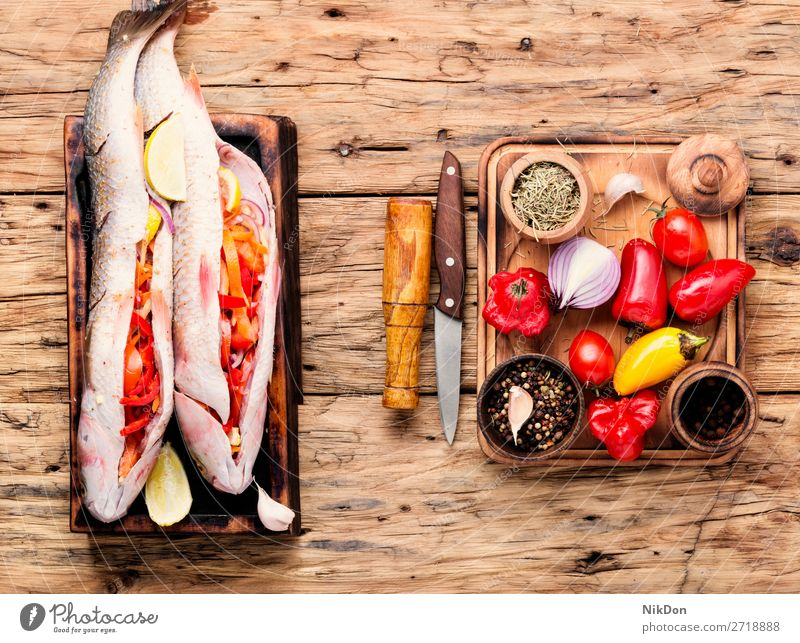 Frischer, ungekochter Fisch Lebensmittel gefüllter Fisch ganzer Fisch Meeresfrüchte frisch Gesundheit Bestandteil Zitrone MEER Küche Pelengas Vorbereitung Tisch
