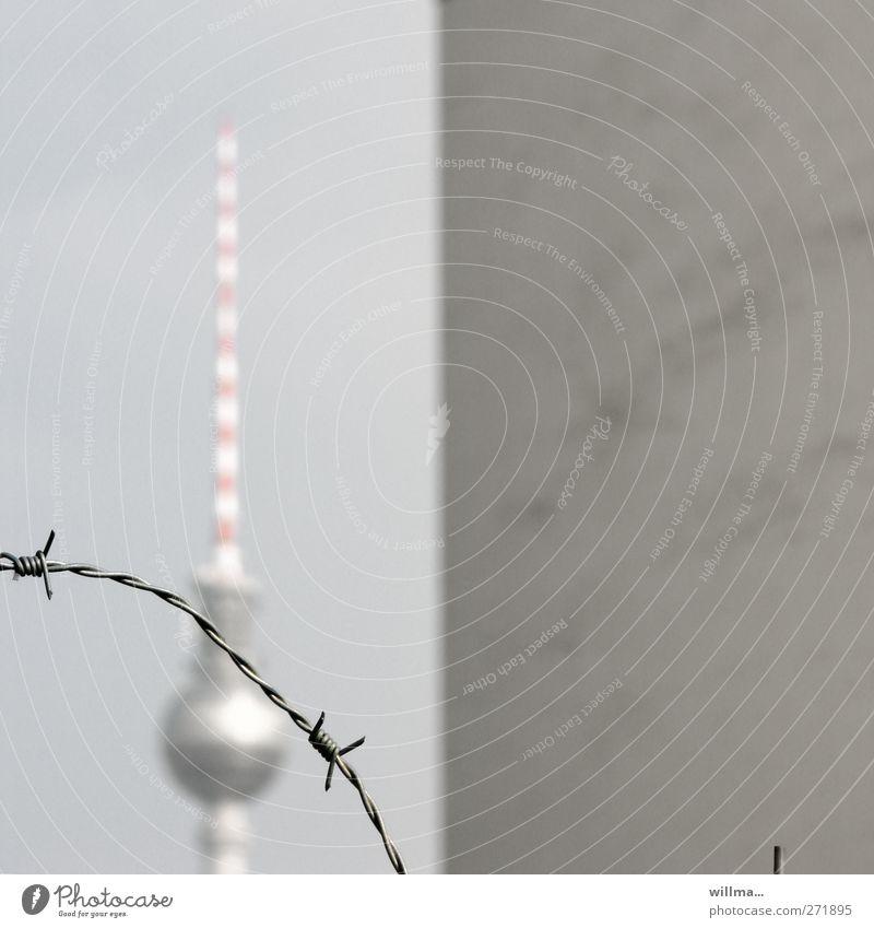Berliner Fernsehturm hinter Stacheldraht und eine Mauer - Geteiltes Deutschland Berliner Mauer Flucht Fluchtgefahr Grenze Sehenswürdigkeit Wahrzeichen