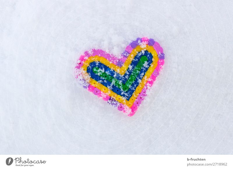 Herz im Schnee Winter Spielzeug Liebe liegen lustig mehrfarbig weiß Sympathie Verliebtheit bügelperlen Schneeflocke Eis kalt herzförmig Strukturen & Formen
