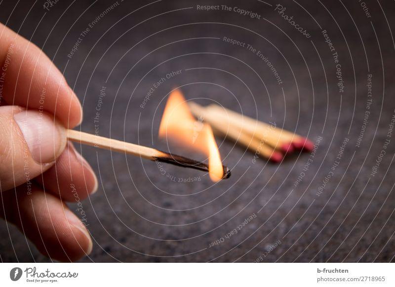 Streichhölzer Hand Finger wählen gebrauchen festhalten bedrohlich Sicherheit ruhig gefährlich Streichholz anzünden Feuer Flamme brennen Licht Lichtblick