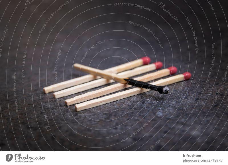 abgebrannt Feuer wählen gebrauchen liegen bedrohlich Streichholz brennen gebraucht 5 anzünden dunkel zählen Flamme Farbfoto Innenaufnahme Nahaufnahme