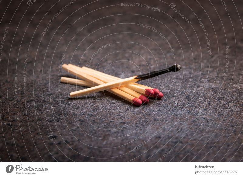 ausgebrannt Tisch gebrauchen liegen bedrohlich dunkel Warmherzigkeit Idee Sicherheit Vergänglichkeit Wandel & Veränderung Streichholz abgebrannt brennen