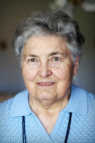 Großmütterchen I Frau Erwachsene Weiblicher Senior Großmutter Kopf 1 Mensch 60 und älter Lächeln Blick alt authentisch Freundlichkeit blau grau einzigartig