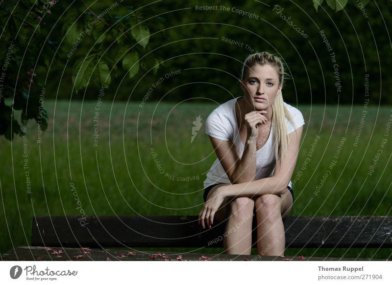 Im Grünen Mensch Frau Natur Jugendliche weiß grün schön Sommer Erwachsene Erholung Landschaft Wiese feminin Garten Junge Frau blond