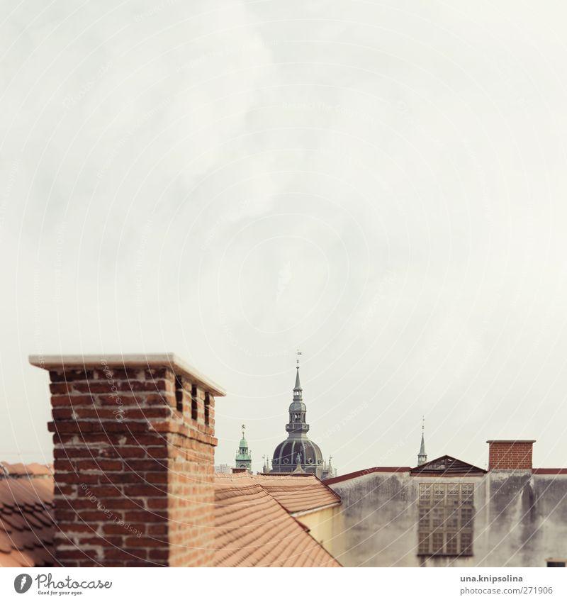 grüß gott! Himmel Stadt Wolken Haus Wand oben Architektur grau Mauer Gebäude orange Dach Turm Spitze Bauwerk historisch