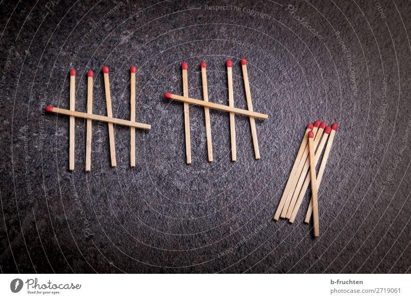 Streichhölzer Holz Zeichen Ziffern & Zahlen wählen gebrauchen liegen 10 5 zählen Schule dunkel Farbfoto Innenaufnahme Nahaufnahme Menschenleer