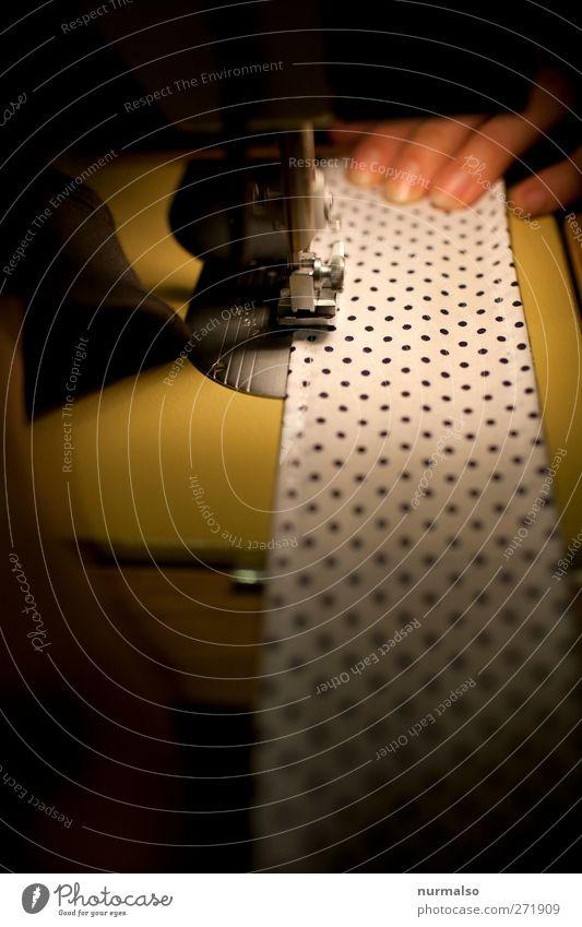 Nähstunde Lifestyle Freizeit & Hobby Nähen Werkzeug Maschine Nähmaschine Nadel Nähgarn Stoff Kunst Mode Bekleidung Zeichen Arbeit & Erwerbstätigkeit beobachten